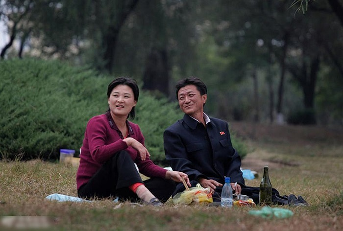Dân Bình Nhưỡng nghỉ ngơi bên sông Đại Đồng