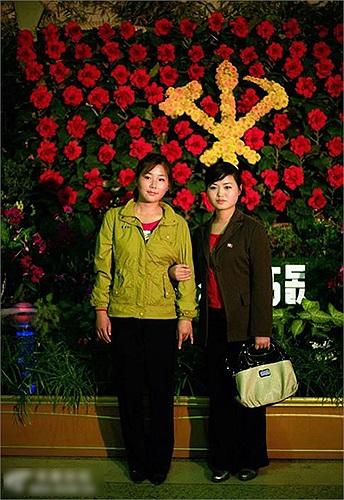 Hai phụ nữ chụp ảnh ở Bình Nhưỡng
