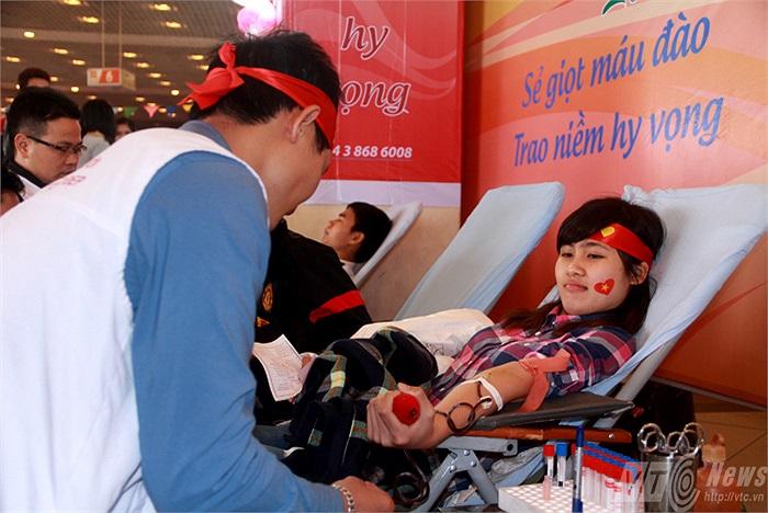 Lễ hội Xuân Hồng vừa được tổ chức đã thu hút khoảng 20.000 bạn trẻ và các tình nguyện viên tham gia. Trong số đó có rất nhiều nữ sinh xinh đẹp đến từ nhiều trường đại học (Ảnh: Phạm Thịnh)