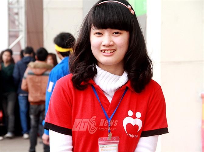 Những tình nguyện viên xinh đẹp của ngày hội luôn nở nụ cười rạng rỡ chào đón các bạn trẻ tham gia hiến máu