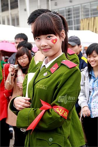 Các nữ sinh xinh đẹp của Học viện Cảnh sát cũng tham gia tích cực vào công tác tuyên truyền, cổ động cho ngày hội