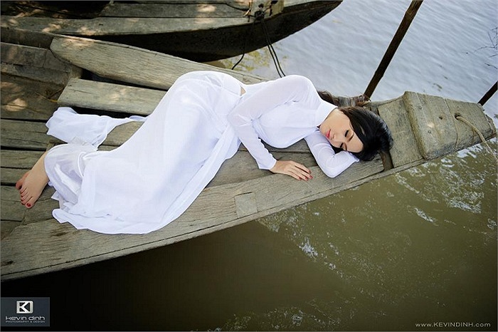 Phan Thị Mơ khoe sắc xuân thì trong bộ ảnh áo dài đậm chất sông nước miền Tây.