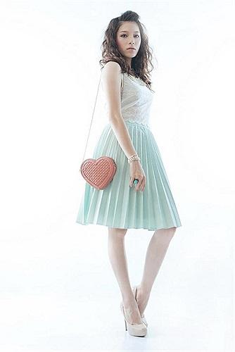 Hot girl Linh Rin mong manh như thiếu nữ mùa xuân.