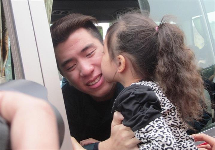 Bé gái hôn vào má tân binh trong ngày đầu nhập ngũ...