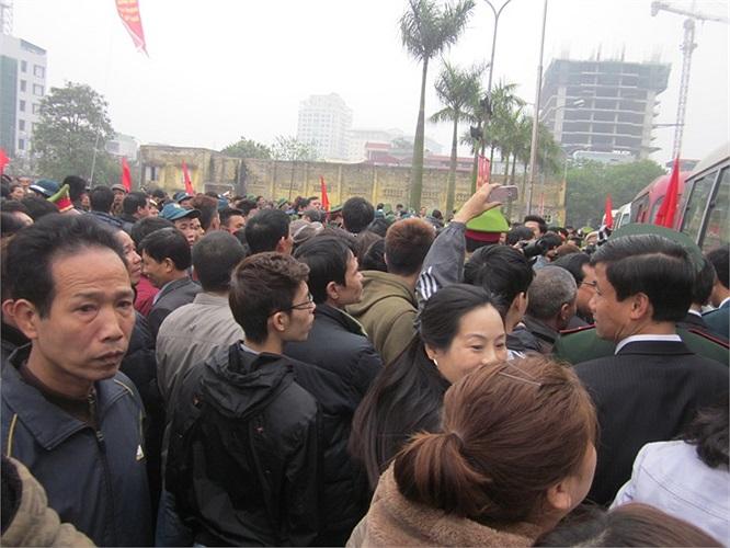 Hàng trăm người đã đến để tiễn các tân binh lên đường.