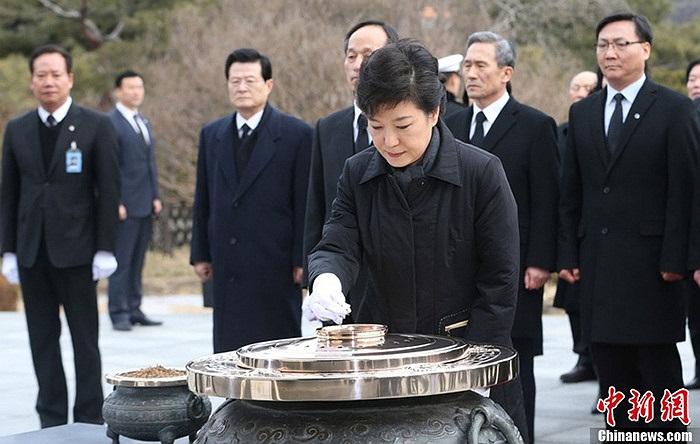 Lễ tuyên thệ diễn ra dưới sự chứng kiến của hàng ngàn người trước tòa Quốc hội ở thủ đô Seoul