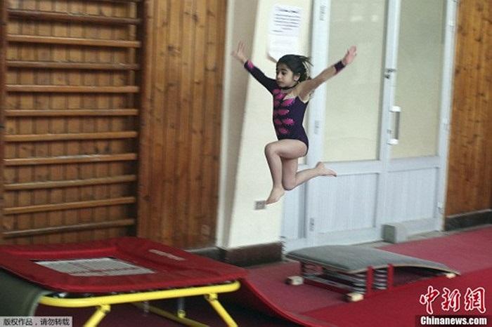 Một em nhỏ tập nhảy cao