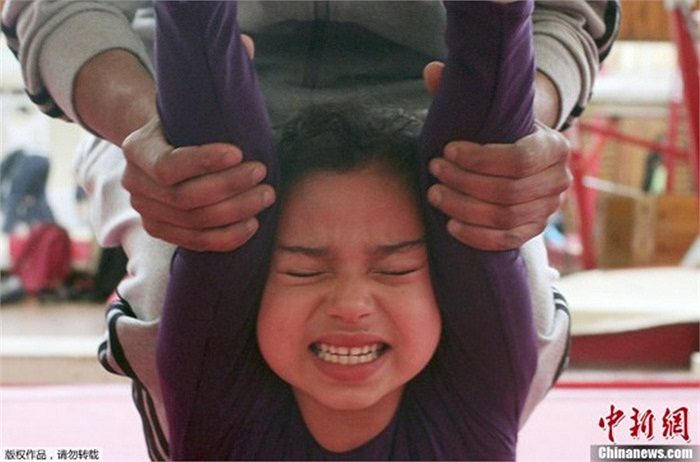 Em nhỏ phát khóc khi tập luyện