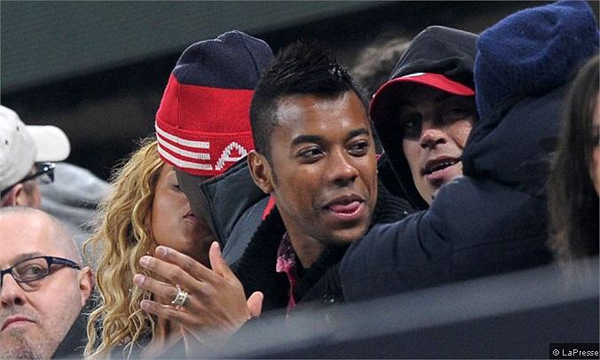 Để ăn mừng chiến thắng của Milan, Balotelli đã có màn khóa môi người tình đầy nóng bỏng.