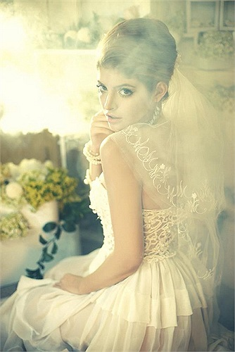 Hotgirl Andrea quen thuộc với hình ảnh cô gái lai mặc váy cưới, rất đẹp và quyến rũ.