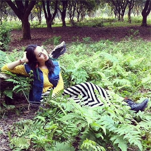 Anna Trương trong khu vườn của gia đình mình. Mỹ Linh và Anh Quân đã khéo léo thiết kế rất nhiều cây xanh trong khuôn viên nhà mình để các con có khoảng không gian thoải mái.