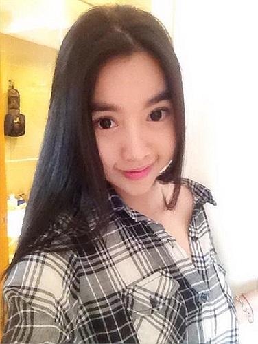 Mặc dù sở hữu một thân hình bốc lửa nhưng gương mặt Elly Trần khá baby, nên cô được chọn là đại diện của nhiều thương hiệu game dành cho giới trẻ.