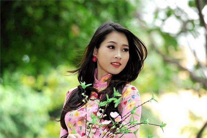 Hoa hậu Đặng Thu Thảo khoe vẻ đẹp và nét thanh tân rạng ngời. Sau khi đăng quang Hoa hậu Việt Nam 2012, Thu Thảo hầu như không lấn sâu vào các hoạt động nghệ thuật.