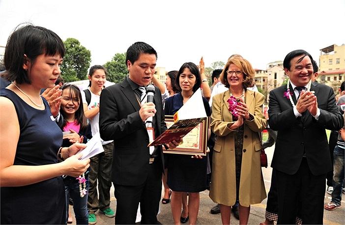 Hàng nghìn sinh viên ĐH Hà Nội cùng các lãnh đạo nhà trường, lãnh đạo Bộ GD-ĐT cũng cùng chứng kiến giây phút quan trọng này