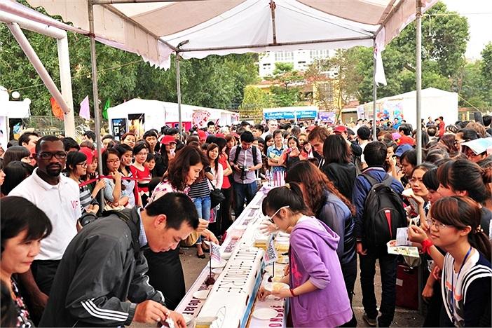 Chiếc bánh gato lớn nhất Việt Nam đã được chia cho hàng nghìn sinh viên tham gia vào ngày hội. Được biết, chiếc bánh này có thể chia cho khoảng 2.000 người ăn