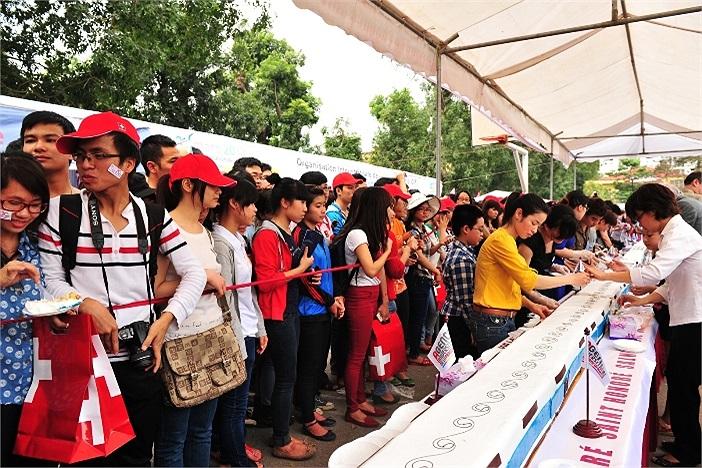 Tất cả các sinh viên tham dự ngày hội tại ĐH Hà Nội đều được thưởng thức hương vị của chiếc bánh đặc biệt này
