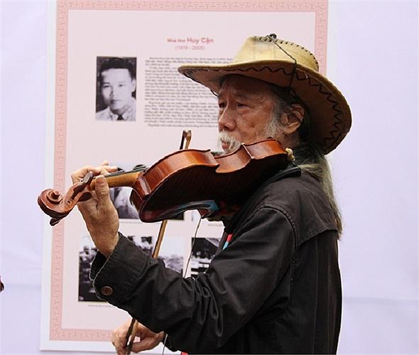 Nghệ sĩ đường phố Tạ Trí Hải làm mới mẻ không gian nghệ thuật thơ ca bằng những tác phẩm âm nhạc.