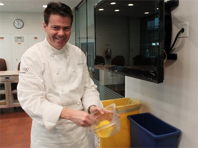 Đầu bếp Dan Coudreaut đang làm việc