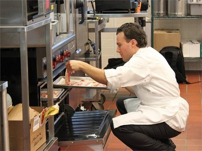 Một đầu bếp khác chuẩn bị thịt xông khói để làm một sản phẩm chưa được công bố