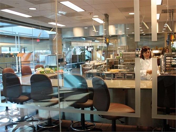 Khu vực nhà bếp dùng để kiểm tra có các ô cửa kính khiến nhiều người nghĩ đó là một nơi tổ chức các hội nghị