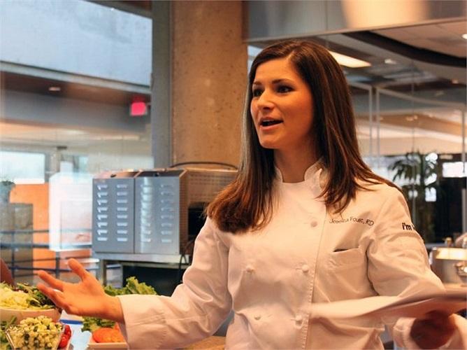 Chúng tôi gặp bếp trưởng Jessica Foust, người phụ trách dinh dưỡng và quản lý thức ăn tại nhà bếp.