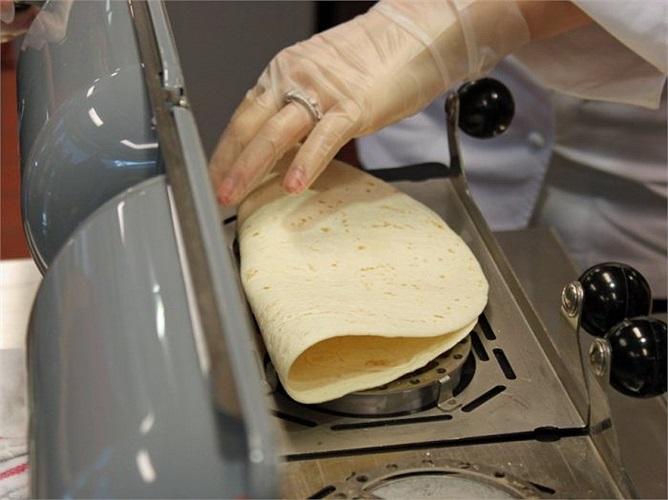 Và theo dõi quá trình chuẩn bị sản phẩm McWraps trước ngày ra mắt khách hàng