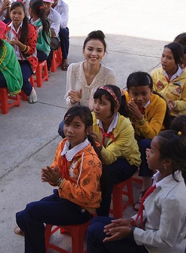 Cô thân thiện bên các em học sinh nghèo.