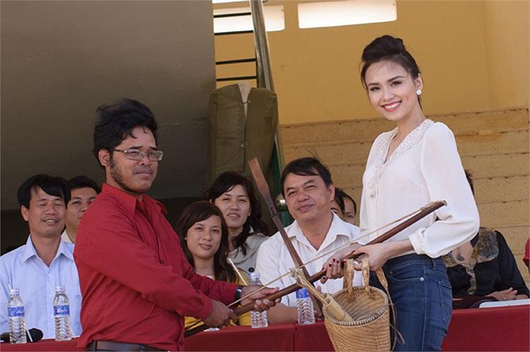 Diễm Hương đã được những người dân nơi đây cảm động tặng một chiếc gùi xinh xắn và bộ cung tên.