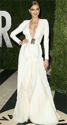 Sau đó, Irina Shayk còn tham gia bữa tiệc hậu trao giải Oscar. Tại đây, cô đặc biệt thu hút sự chú ý của mọi người khi diện một bộ váy dài màu trắng.