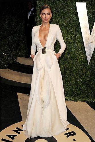 Điểm nhất trên chiếc váy mà Irina Shayk mặc chính là cổ váy được khoét sâu, lộ vòng 1 đầy gợi cảm.