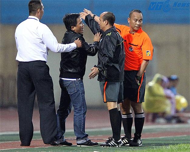 Trưởng đoàn bóng đá HAGL Nguyễn Tấn Anh phản ứng dữ dội với quyết định của trọng tài