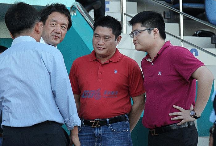 Ở sân Thống Nhất, chuyên gia người Nhật Tanabe cũng xuất hiện. Ông trò chuyện cùng anh em bầu Thụy