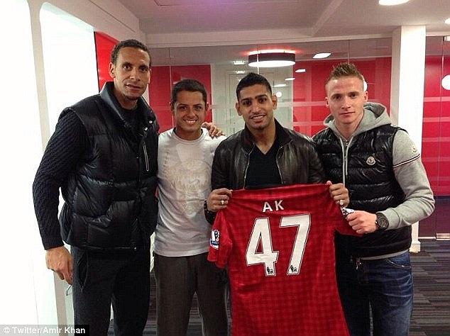 Chụp ảnh lưu niệm cùng Rio Ferdinand, Buttner và Javier Hernandez