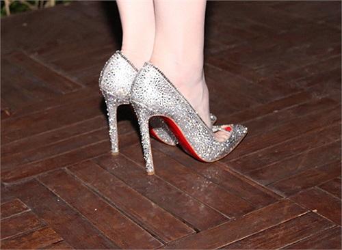 Một trong những món đồ gây chú ý của cô là đôi giày hiệu Christian Louboutin đính hạt kim cương lấp lánh có giá trị lên đến 100 triệu đồng.