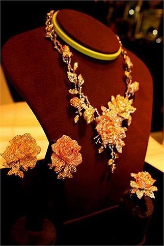 Không hổ danh là là chủ tiệm kinh doanh kim cương hạng sang, nữ diễn viên liên tục xuất hiện với những bộ trang sức thuộc dòng hàng độc nhất vô nhị. Vườn hồng là một trong những bộ phụ kiện có độ phủ sóng dày trên mặt báo.