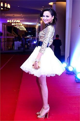Những ngày cuối năm Nhâm Thìn, Diễm Hương gây bất ngờ với người hâm mộ khi cô xuất hiện trong một sự kiện cùng đồng hồ đính kim cương trị giá 5 tỷ đồng.