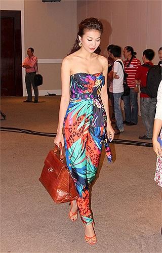 Ấn tượng nhất phải để đến lần xuất hiện tại hậu trường cuộc thi siêu mẫu, cô xách trên tay chiếc túi 700 triệu đồng, khiến nhiều người mẫu trẻ hôm đó phải thèm khát.