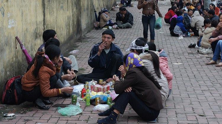 Nhiều gia đình chọn cách ăn trưa bên vệ đường