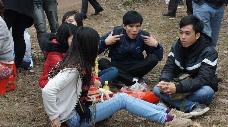 Nhóm bạn trẻ từ Hà Nội tới Bắc Ninh cũng ăn uống ngay tại núi Lim để tham dự hội đến chiều tối.