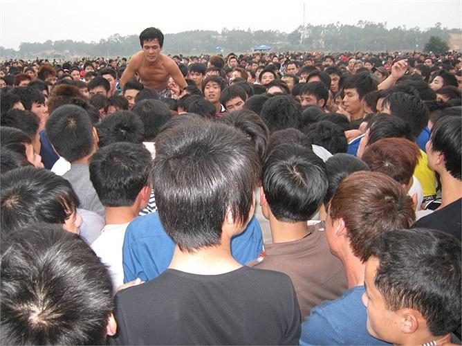 Hội cướp phết được tổ chức vào buổi chiều, tham gia hội chủ yếu là các thanh niên, trai tráng. Theo quy định, ai đặt được quả phết lên vào trong đình sẽ là người chiến thắng