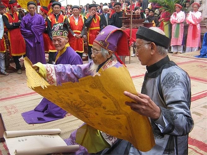Trong phần nghi thức, các cụ cao niên trong làng được lựa chọn sẽ đọc bản ghi chép từ thời xưa về nguồn gốc lễ hội