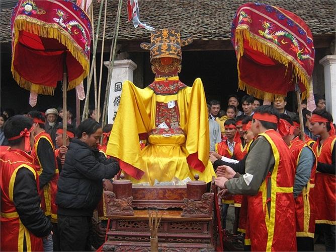 Sau khi hoàn thành phần nghi thức, các Thánh sẽ được rước lên các kiệu
