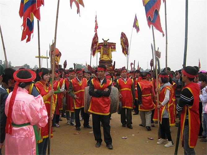 Trai tráng được tuyển chọn từ các thôn trong xã làm nhiệm vụ rước kiệu Thánh xung quanh khu vực lễ hội