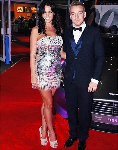 Cựu hoa hậu Anh Danielle Lloyd buồn bã vì đánh rơi chiếc nhẫn đính kim cương mà tiền vệ Jamie O'hara dùng để cầu hôn cô.