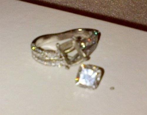 Viên kim cương rơi khỏi chiếc nhẫn khiến người đẹp 'khóc cả ngày'