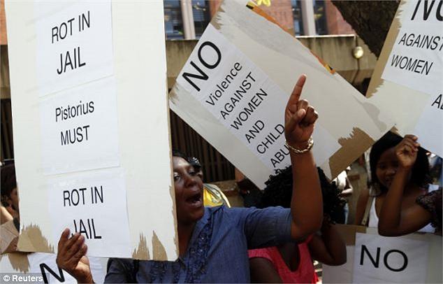 Người hâm mộ đòi tòa án xử nghiêm vụ Oscar Pistorius bắn chết bạn gái