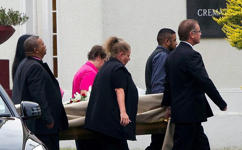 Khoảng 10h (giờ địa phương), 6 người thân của Reeva Steenkamp khiên quan tài siêu mẫu bạc mệnh vào nhà tưởng niệm.