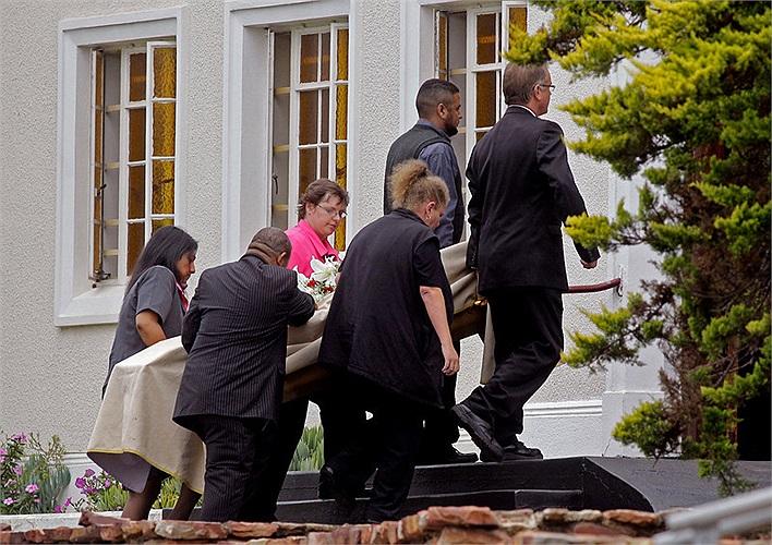 Thi thể Reeva Steenkamp đã được chuyển từ thủ đô Pretoria, nơi xảy ra thảm kịch về thành phố Port Elizabeth để tiến hành tang lễ.