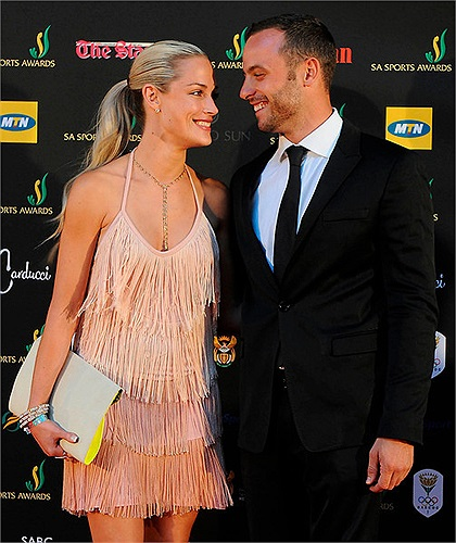 Reeva Steenkamp sinh ngày 19/8/1983 tại thành phố miền Nam, Nam Phi - Cape Town nhưng lại lớn lên ở Port Elizabeth khi bố mẹ cô chuyển tới đây sinh sống.