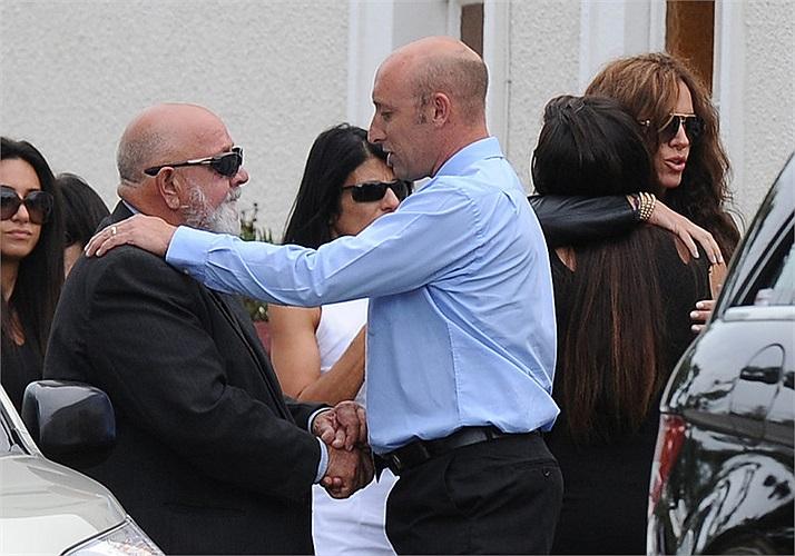 Ông Barry, bố Reeva (ngoài cùng bên trái) đau khổ nhận sự chia buồn từ bạn bè.